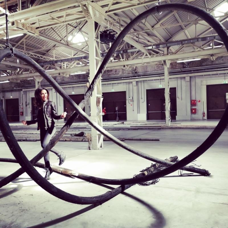 Saltare la corda (Giorgio Andreotta Calò - Senza titolo, cavi 2019)