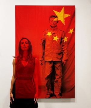 Film Rosso (Liu Bolin - In Front of the Red Flag, 2006)